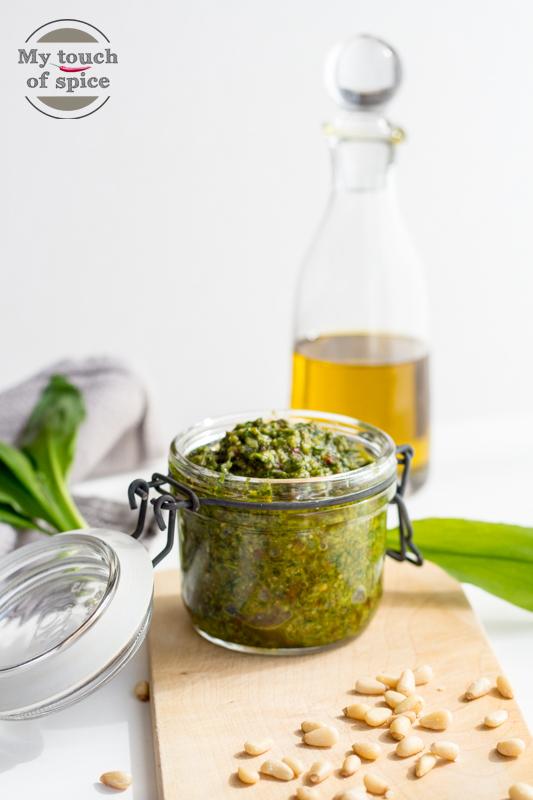 Bärlauch waschen und trockenschleudern. Achte darauf, dass der Bärlauch möglichst trocken ist. Sonst fängt das Pesto leicht zu gären an. Alle Zutaten in einen Mixer geben und bis zur gewünschten Konsistenz pürieren. In Gläser abfüllen und im Kühlschrank aufbewahren.