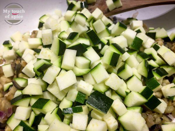 Dann die Zucchini dazu und weitere 5 Minuten braten