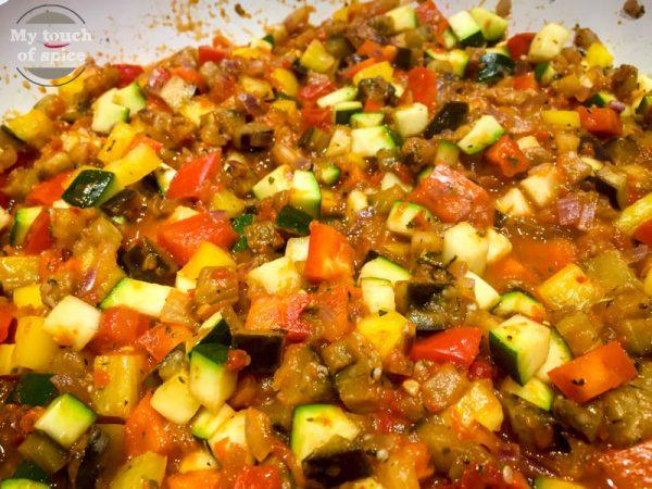 Wenn alles gut durchgeschmort ist, also die Gemüsestückchen weich genug sind. Mit Ajvar, Salz, Pfeffer, Petersilie, Chiliflocken und Zitronenabrieb abschmecken.